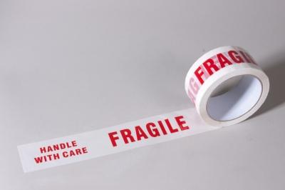 """Teippi """"FRAGILE"""" 50x66, punainen painatus"""